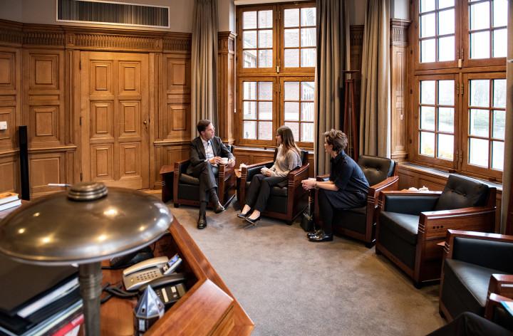 Fahima en Angela op de thee bij de minister-president