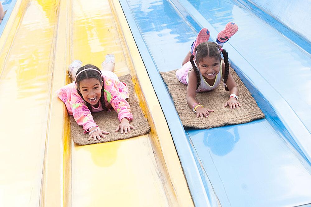 Lachende meisjes op glijbaan