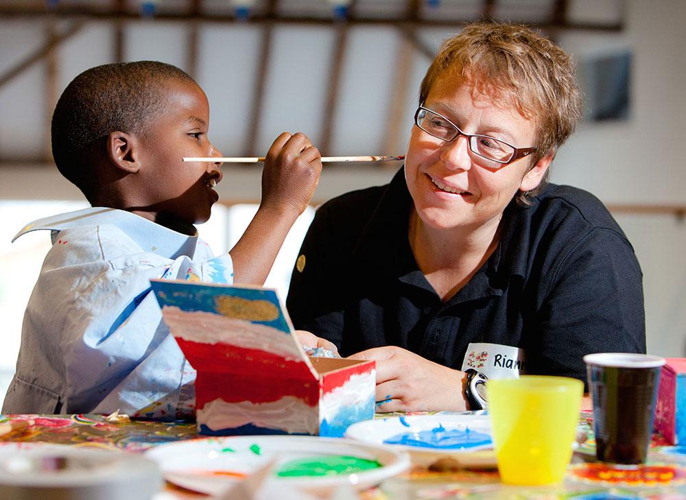 Kind schildert gezicht