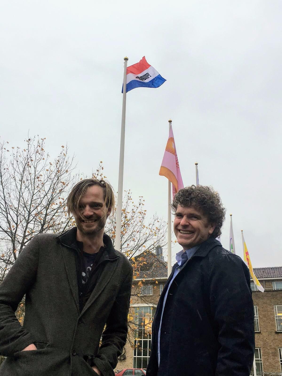 Joep en Rikko hangen vlag uit