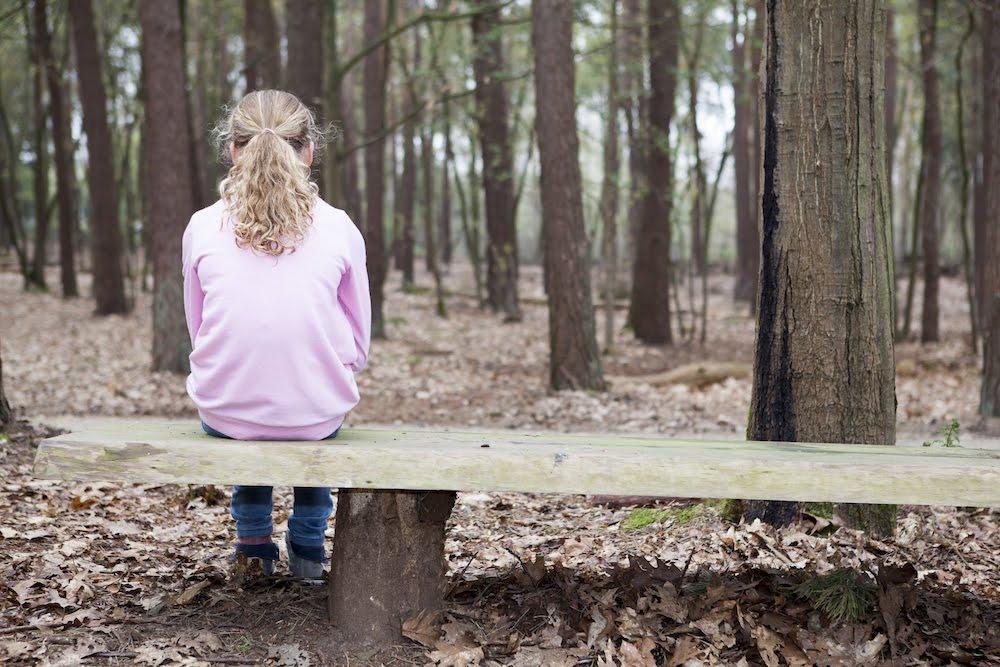 Het Vergeten Kind - Meisje op een bankje